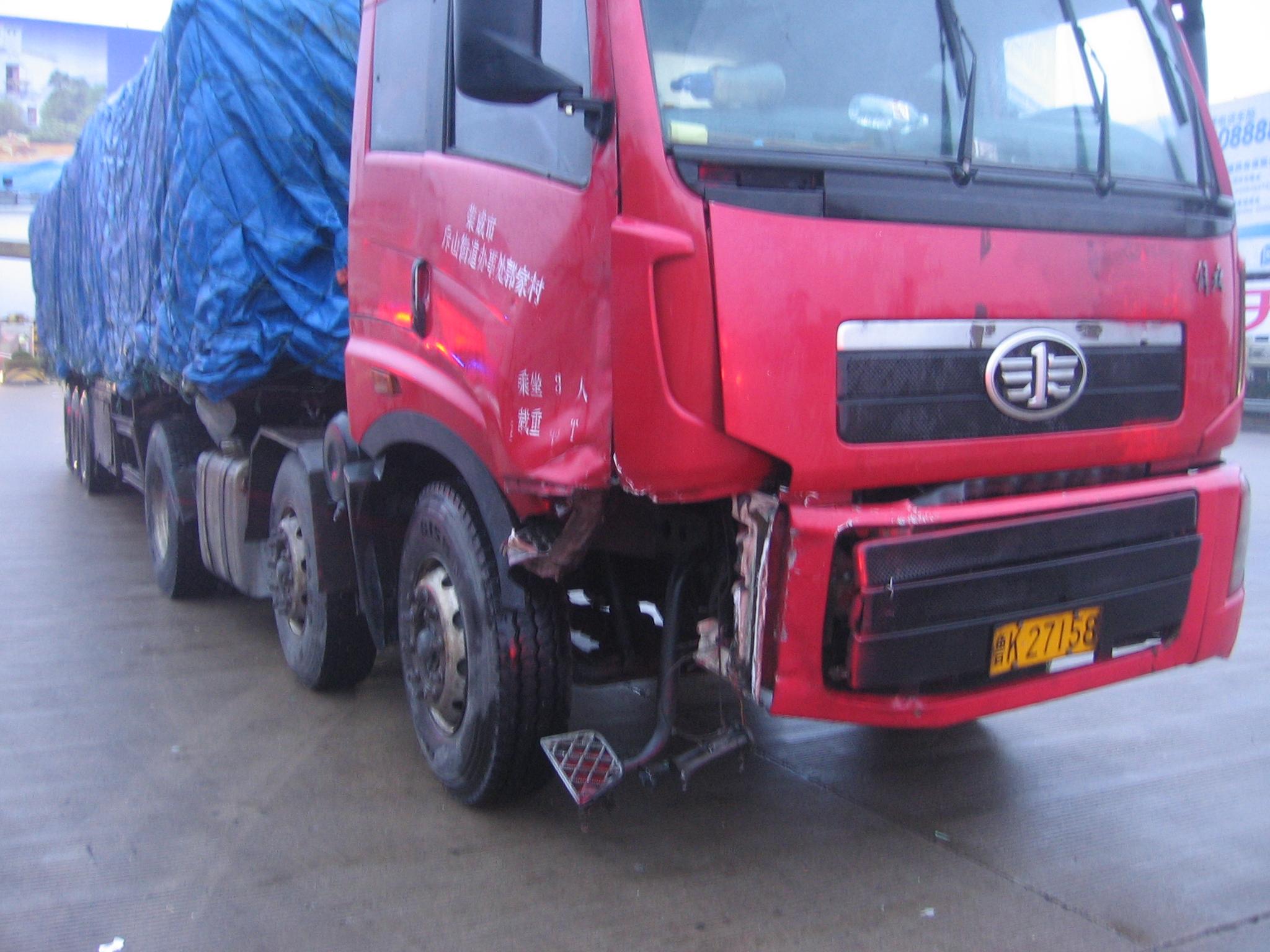 """""""李警官赶紧从后视镜往后看:一辆大货车与一辆奔驰轿车撞在了一起."""
