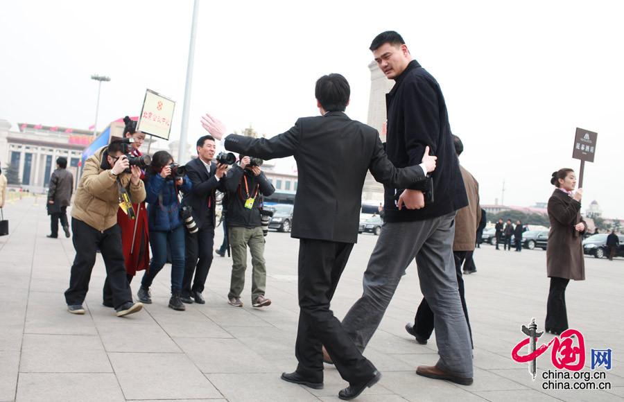 3月2日,中国人民政治协商会议第十二届全国委员会第一次会议预备会议2日下午在人民大会堂举行。媒体记者对首次参加全国政协会议的姚明委员穷追不舍。