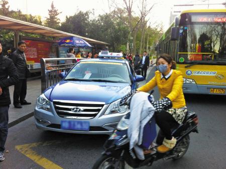 向宁波晚报反映:海曙江厦街浦发银行公交车站经常有出租车长时间候客
