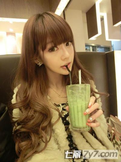 韩国女生长卷发发型图片大全 职场ol女生酒红色中长卷发发型图片
