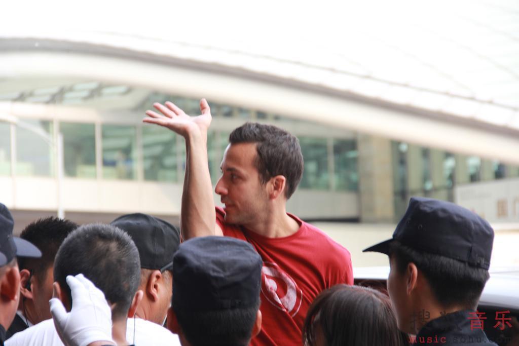 布莱恩 机场迎接 抵京 后街男孩 图片库/组图:后街男孩抵京疯狂歌迷机场迎接