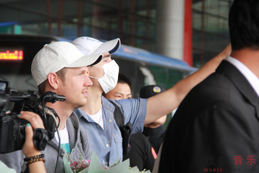 布莱恩/组图:后街男孩抵京疯狂歌迷机场迎接