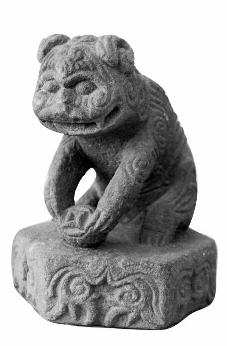 李菁/文 龚国荣/摄 绣花压绷狮,吉祥祭祀贡盘上的水果,动物石雕,还有