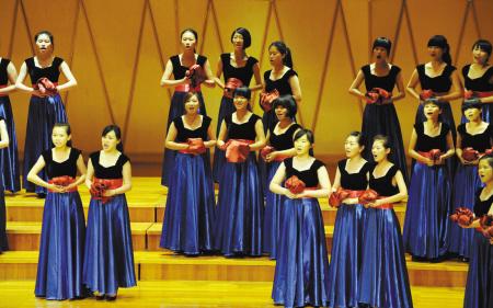 不少合唱团展现了较强的舞台表现力,有加入舞蹈动作的,也有变换队形的图片