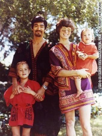 李小龙/李小龙于1963年在华盛顿大学遇见妻子琳达并于次年结婚,婚后生...
