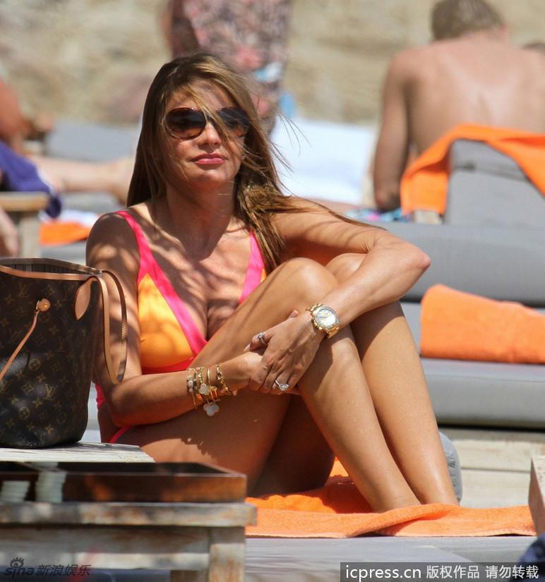 索菲娅/新浪娱乐讯当地时间7月15日,希腊,好莱坞女星索菲娅/维加拉...