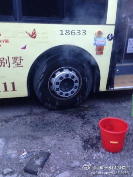 337路公交车开着开着轮胎冒烟了