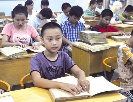 首家盲文流动图书馆开到宁波聋哑学校