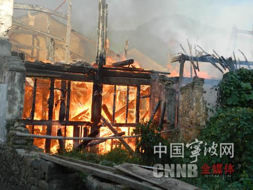 宁海一老房子起火 相连房屋全部烧毁