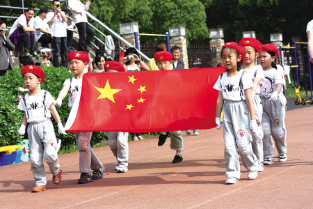 国庆前夕,鄞州区彩虹幼儿园在运动会上举行了升国旗仪式,小朋友稚气的