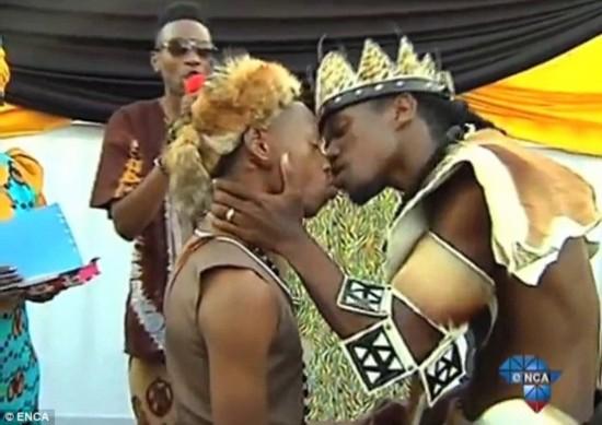 婚礼/当众接吻!实拍南非首场传统同性恋婚礼举行(组图)