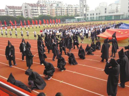 """""""许仙"""",""""白娘子""""……中学生运动会入场式玩穿越图片"""