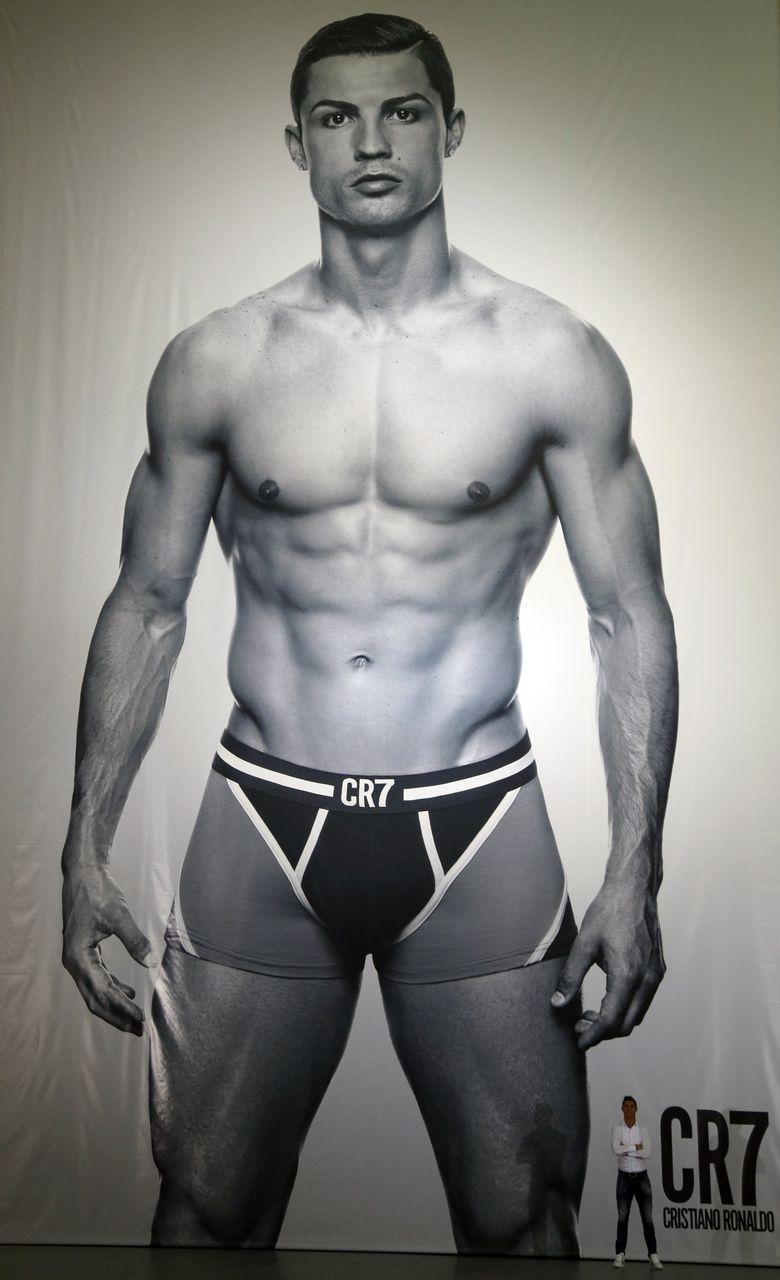 cr7内裤发布 c罗合影巨幅海报