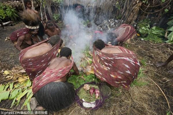 巴西原始部落 赤身女人母乳喂养野猪