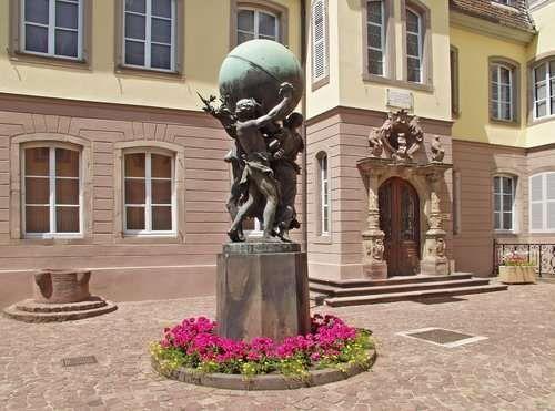 科尔马/在周二这天,当地居民们会在科尔马镇的广场上载歌载舞、大秀...