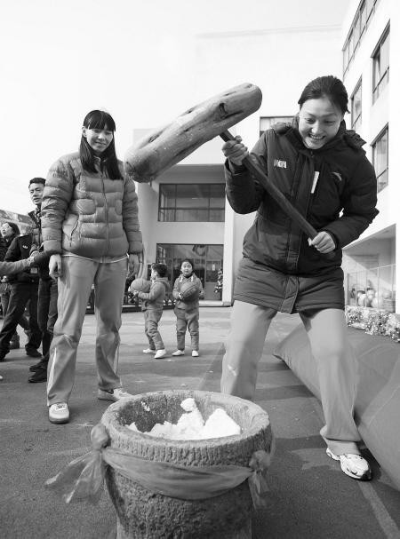 陈楠、张晓妮(右)被打年糕难倒了.