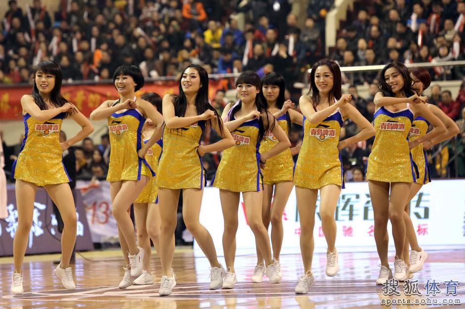 CBA热舞啦啦队美腿超性感 微笑吐舌动作调皮