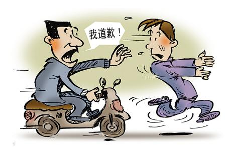 王某害怕之下,上演了搞笑一幕:骑车追着徒步逃跑的受害者,想向对方