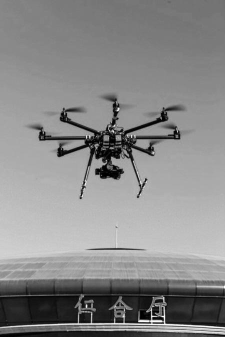 图说 ③八旋翼无人飞机. ④工作人员在调整无人机设备.