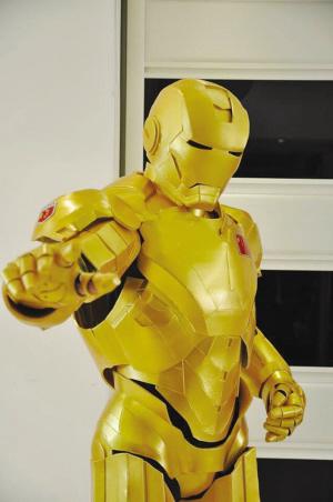 乐清老爸自制钢铁侠战衣 6岁儿子趴在身边看了一个月 高清图片