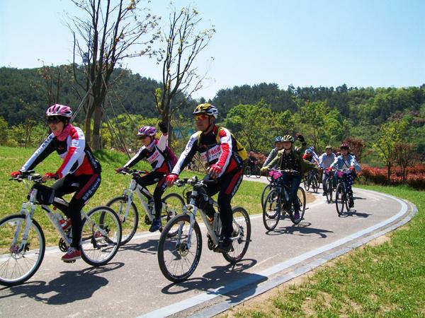 首批环湖自行车驿站启用 专业骑行服务亮相东钱湖畔