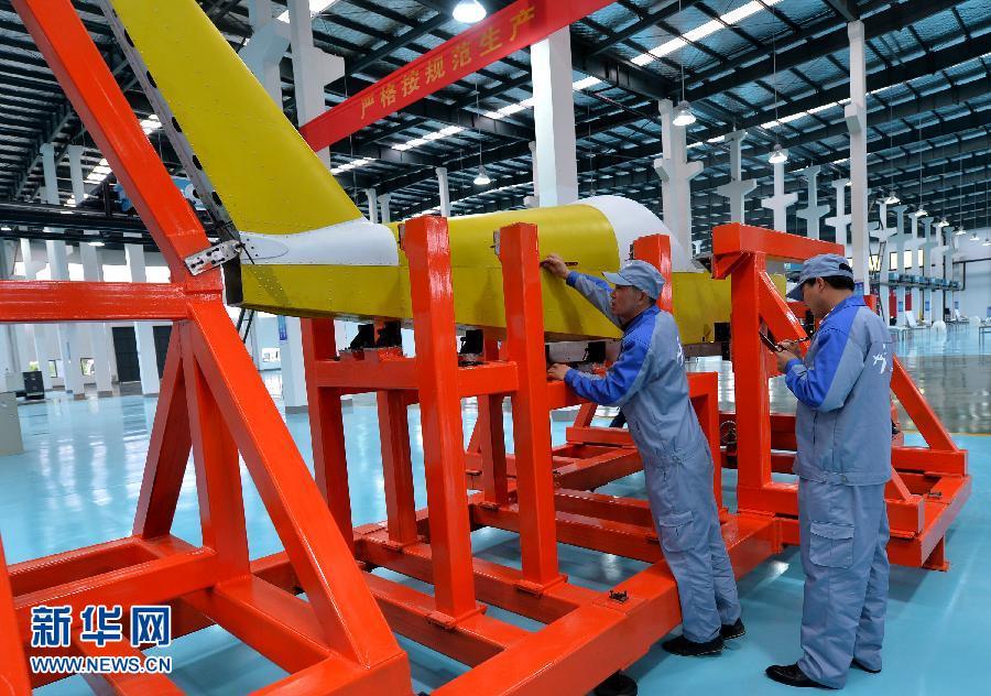 4月26日,工作人员在对AT3小型通用飞机机体组件进行组装。当日,江苏省首架双座、双操纵的AT3小型通用飞机在江苏建湖制造完成下线,这也是江苏生产的首架飞机整机。据介绍,此次正式投产的AT系列通用飞机项目一期工程已形成年产100架小型通用飞机的能力,将最终形成500架的年生产能力。此次整机下线的AT3飞机在民用商务办公、旅游观光、航空培训等领域有广泛应用,加满70升97号汽油可飞行近1000公里。2013年5月,民营江苏建湖蓝天航空产业园全资收购全球销售排行前十的波兰艾雷奥特AT飞机制造公司,成立艾雷奥