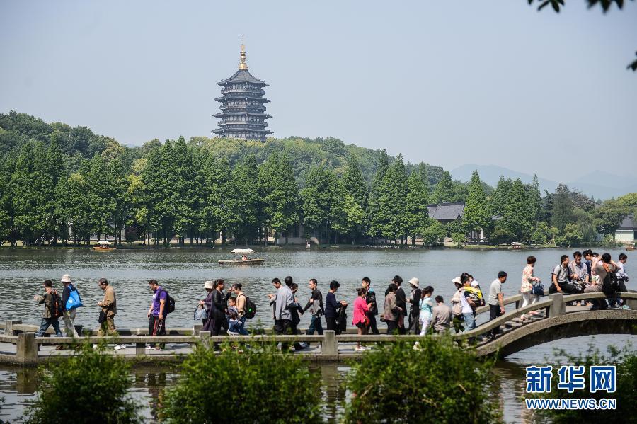 """杭州西湖景区进入五一小长假游客""""高峰模式"""""""