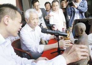 央视《寻宝》文物鉴定专家蔡国声为宁波市民鉴宝