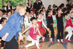 乌克兰少儿芭蕾教育大师来甬 指导宁波孩子基本舞步