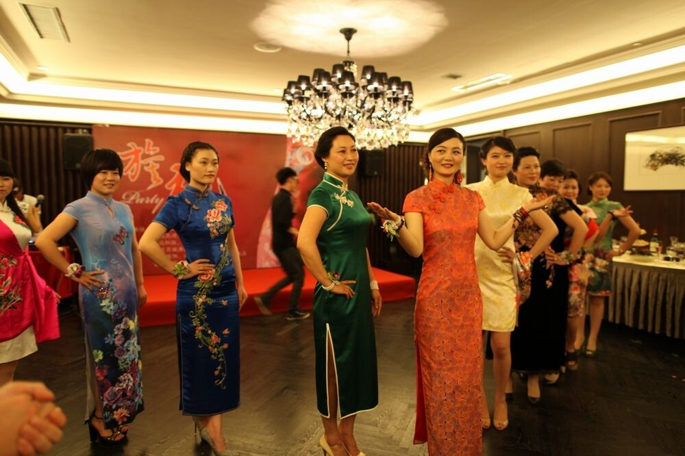 火凤凰美丽女人旗袍秀在和丰创意广场举行 宁