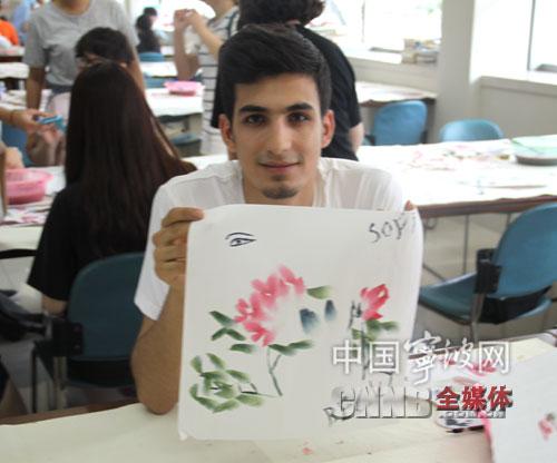 对中国书法和绘画感兴趣的学生则是欣赏了姜红升老师表演的牡丹