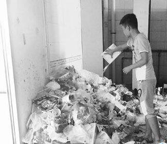 成堆垃圾早已溢出角落中的垃圾桶