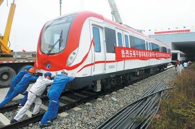 地铁2号线首列列车昨抵宁波