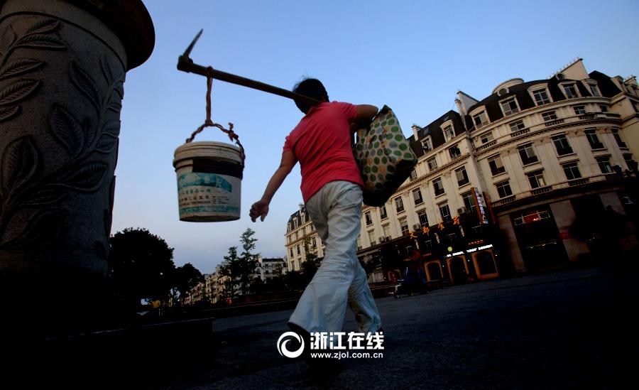 """杭州山寨""""埃菲尔铁塔""""被菜地包围"""