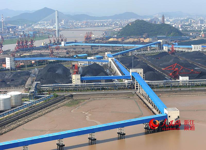 人民网宁波1月12日电(方圆圆)宁波镇海港是浙江省煤炭吞吐量最大的