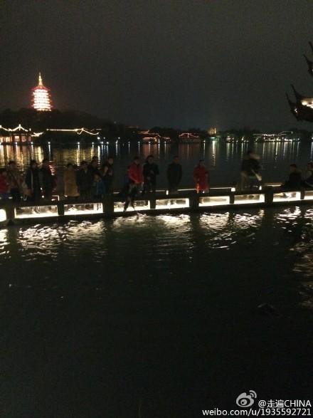 澳洲女游客拍照不慎滑入西湖 过路游客帮忙救人