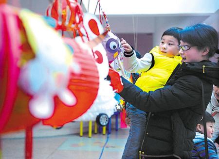 昨天,江东中山幼儿园与中山社区联合举行环保灯笼展示活动,一盏盏形态