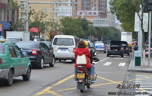 小轿车后备箱大开停路边引猜疑-小轿车,后备箱-中国网