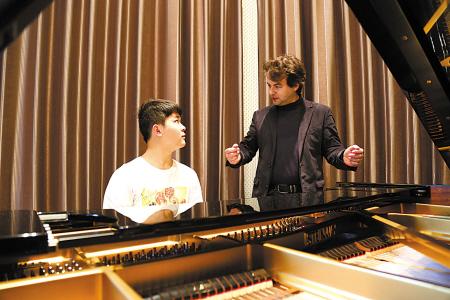"""宁波外事学校来了钢琴""""洋教练"""" 为孩子指点钢琴.."""