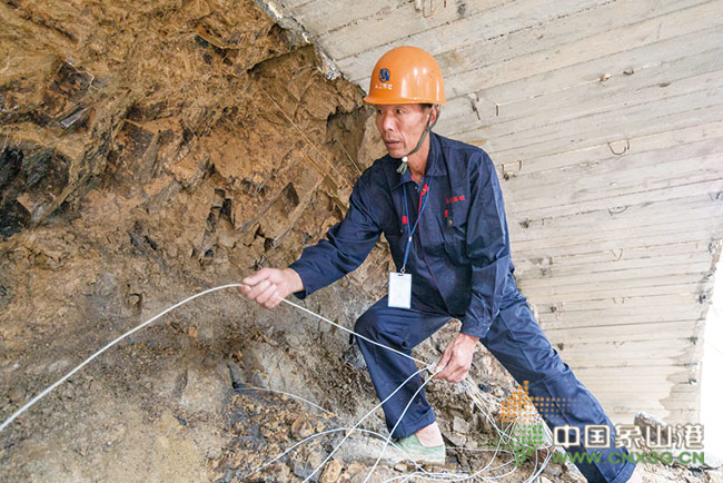 三门湾大桥及接线工程第tj1标段大狮子隧道进口右洞成功实施首次爆破