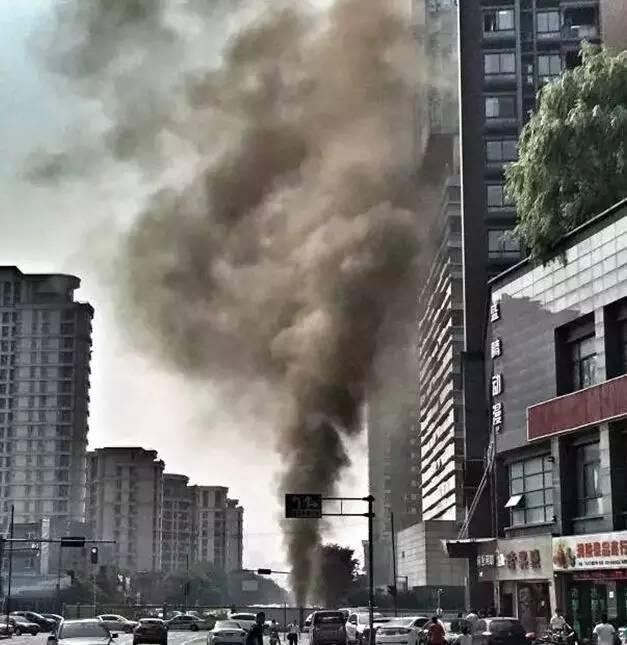 杭州闹市天然气管道泄漏 喷出20层楼高浓烟