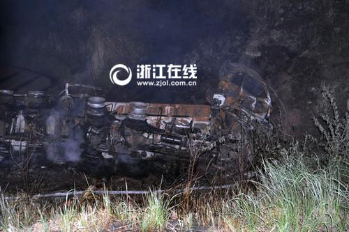 运送硫酸的货车320国道建德段侧翻起火硫酸全部流入农田