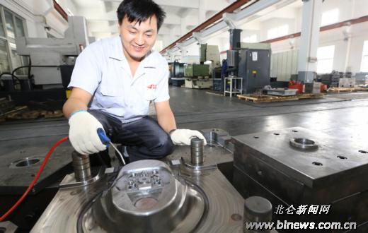 大碶城联模具厂:生产国家领导人阅兵车方向盘模具