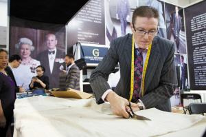 英国皇家裁缝来宁波秀手艺 定制套高端西服需2-10万