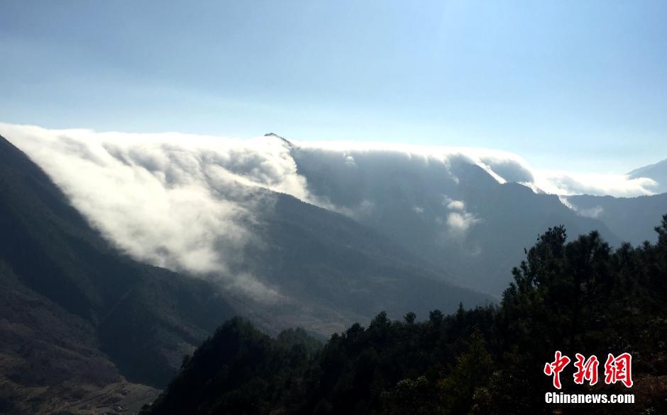四川牛背山现云瀑景观