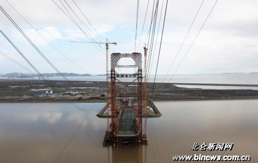 春晓大桥的主跨合拢按计划于今年3月完成,钢结构将于6月全部安装完毕