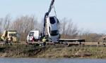 兰博基尼跌入6米深湖 车主逃生游回岸边