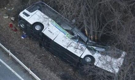 日本一巴士翻覆 已造成13死28伤