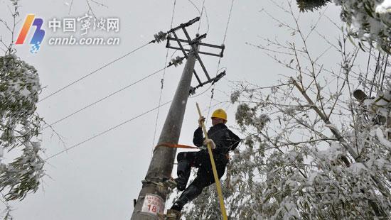 四明山区电力工人抢修受损线路