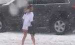 美女子在暴风雪中半裸奔跑